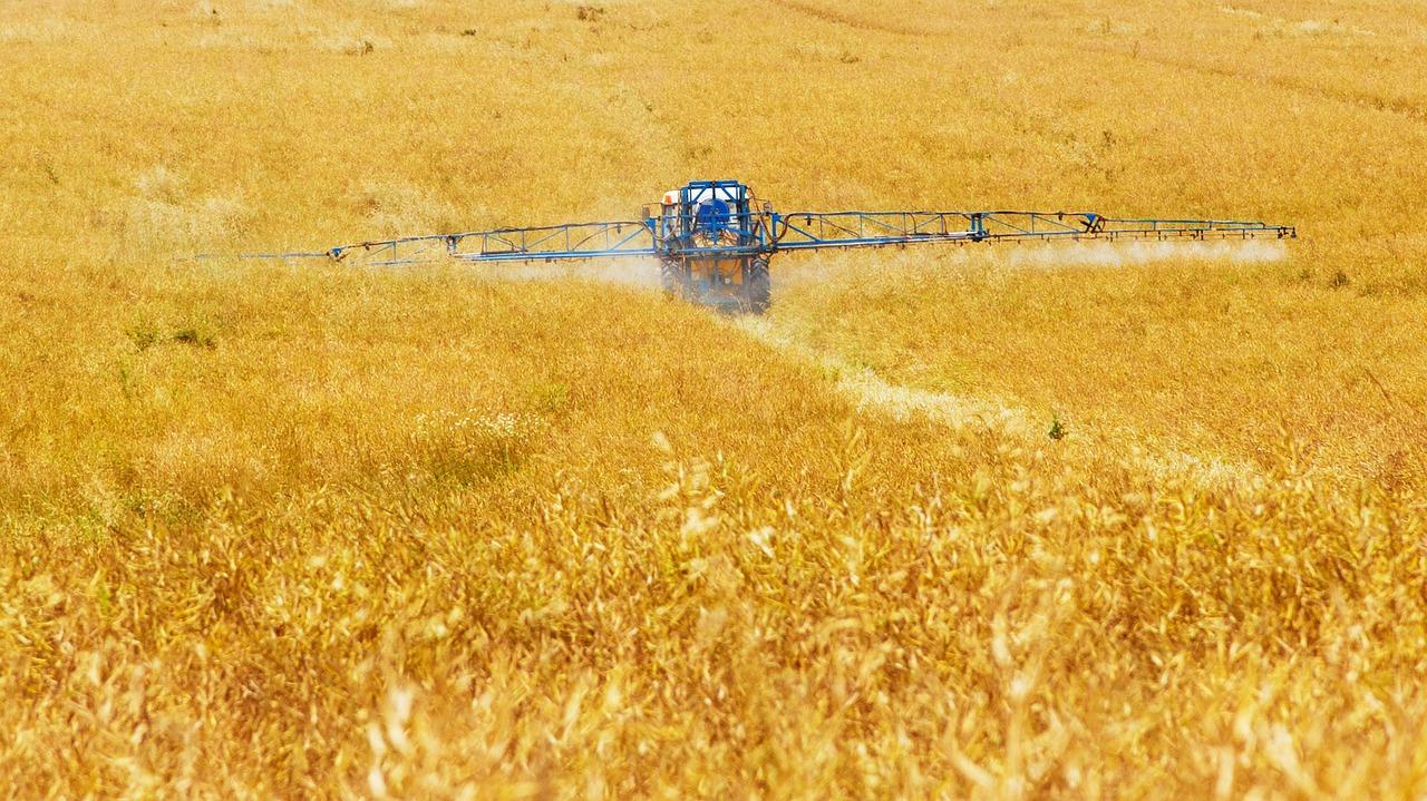 Agriculteur en train de pulvériser des pesticides